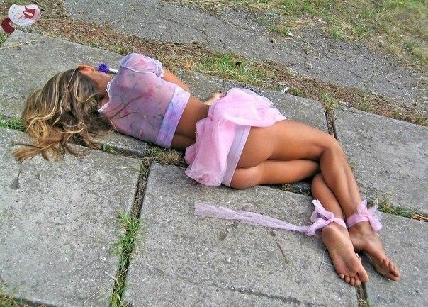 фото п яних голих дівчат