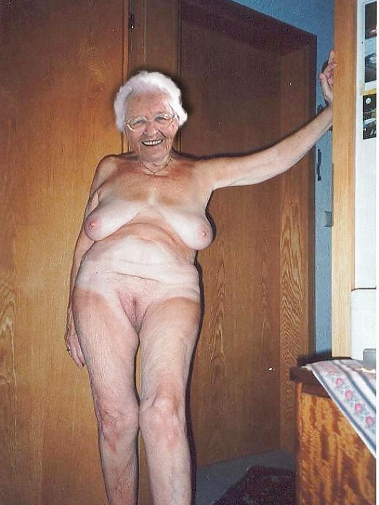 Бабушка Обнажила