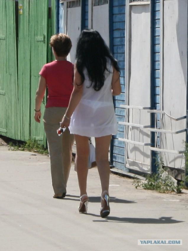 одежду через трусы видно девушки