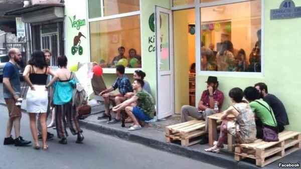 В Тбилиси экстремисты вооруженные колбасой напали на веганское кафе