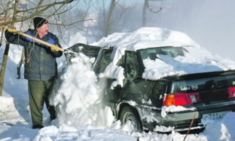 Собянин запретил чистить машины от снега