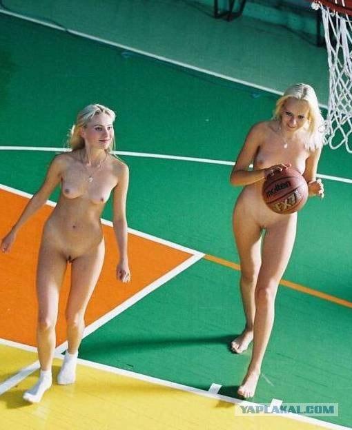 devushki-golishom-igrayut-v-basketbol-goliy-video