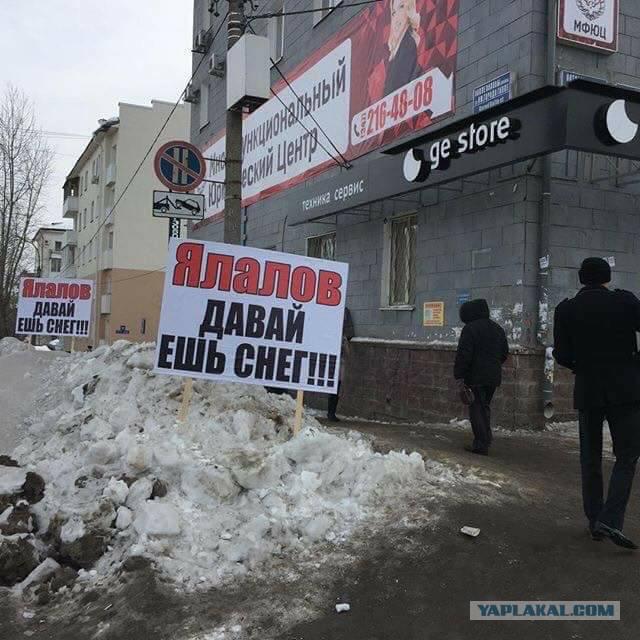 Уфимцы потребовали, чтобы мэр города съел снег