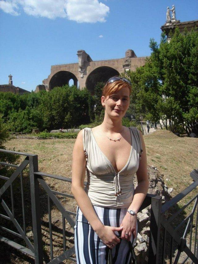 Жена вышла к гостям без лифчика эротика 162