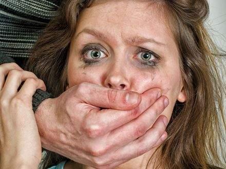 Трое изнасиловали женщину. Близкие подозреваемых устроили её травлю в соцсетях