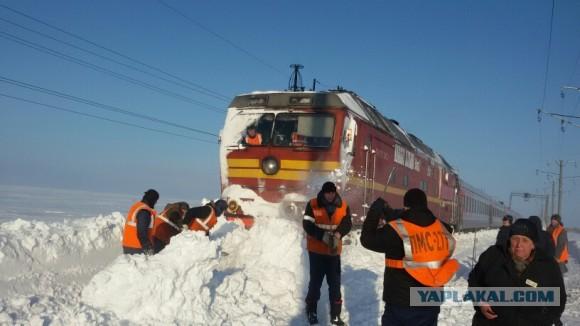 В сугробах застрял пассажирский поезд