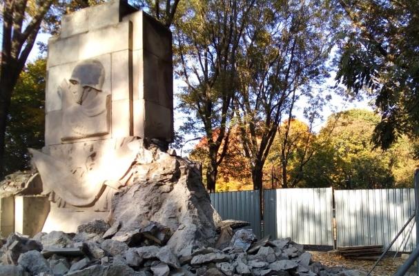 Полякам хватило одного дня. В Варшаве разрушен памятник благодарности Красной армии.