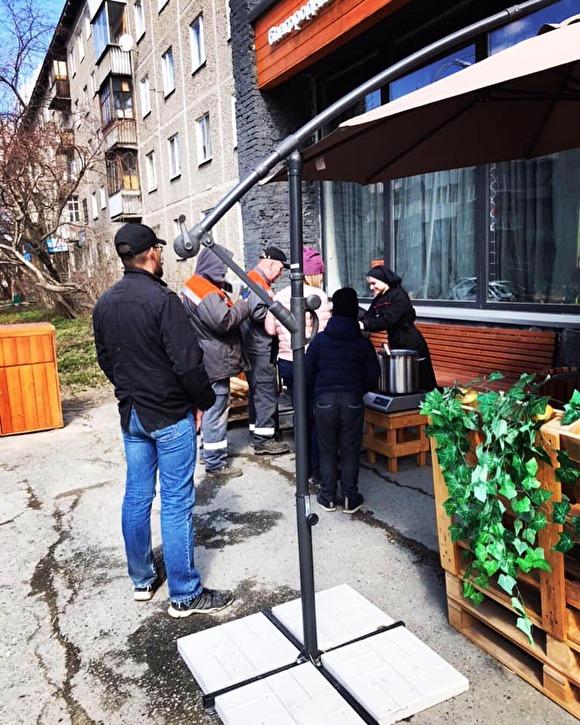 Уральский бизнесмен, раздававший «просрочку» в магазине, начал готовить бесплатную еду