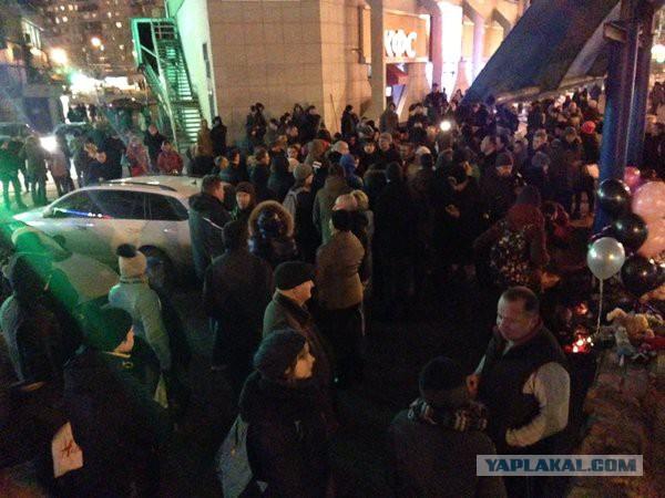 У станции метро «Октябрьское поле» собралось более 100 националистов