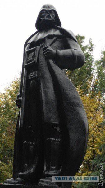 В Одессе памятник Ленину превратился в Вейдера