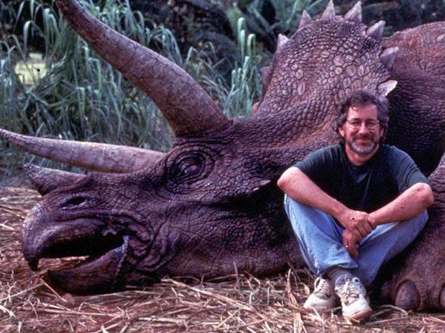Этот охотник нагло улыбается на фоне только что убитого им животного.
