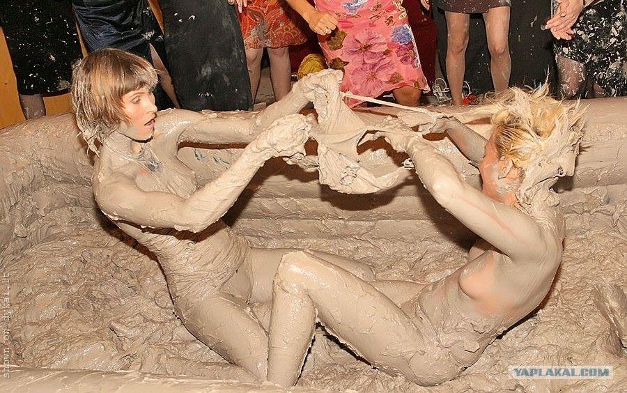 голенькая девушка валяется в грязи фото