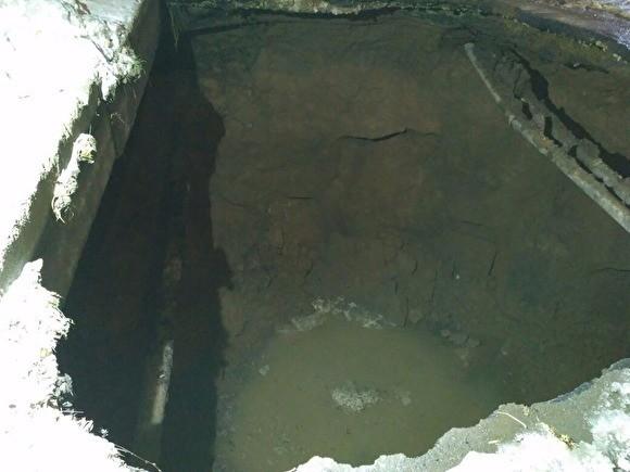 В Уфе легковушка целиком провалилась под землю