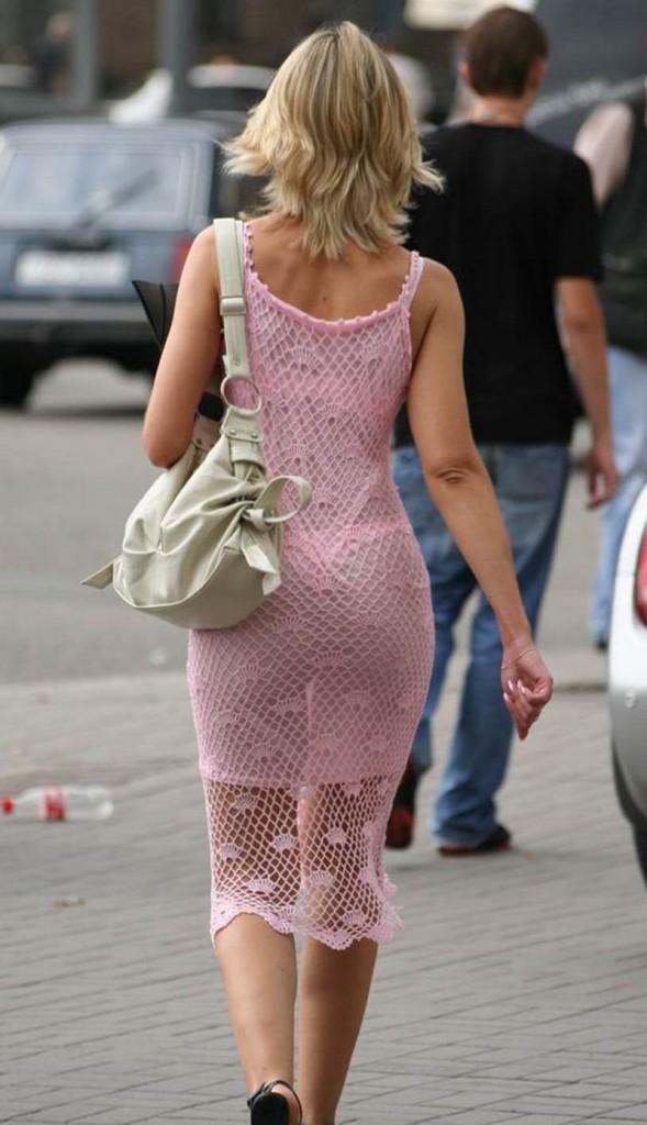 позирование на улице в прозрачном платье без белья