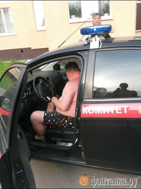 В пригороде Петербурга мужчина в одних трусах целый день катался на машине Следственного комитета.