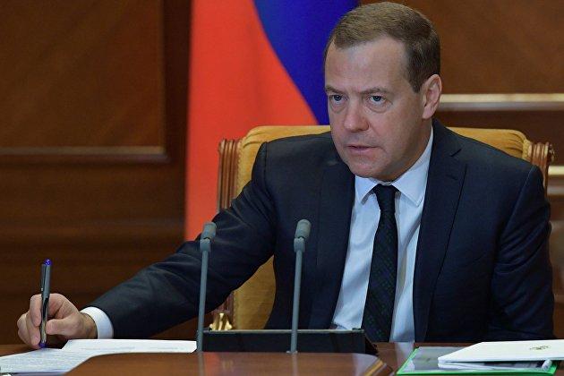 Медведев дал два дня на консультации с нефтяниками по заморозке цен на бензин