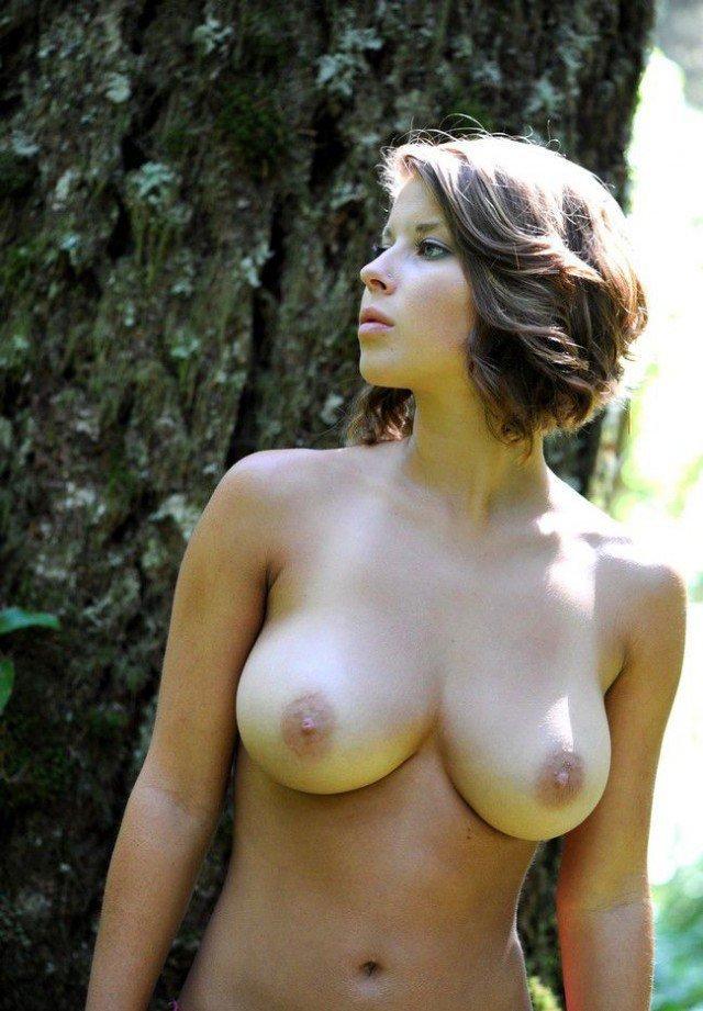Голая грудь девушек и женщин фото