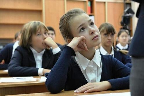 «Ты че, дебилка?!» В Петербурге учитель русского языка 40 минут орала на пятиклассницу за опрокинутый цветок