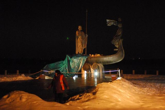 В Киеве рухнул памятник основателям города