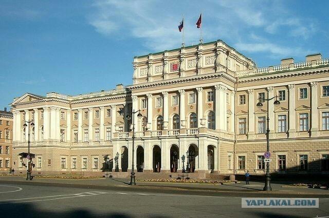 Депутаты Санкт-Петербурга решили, что столовая важнее расходов на медицину.