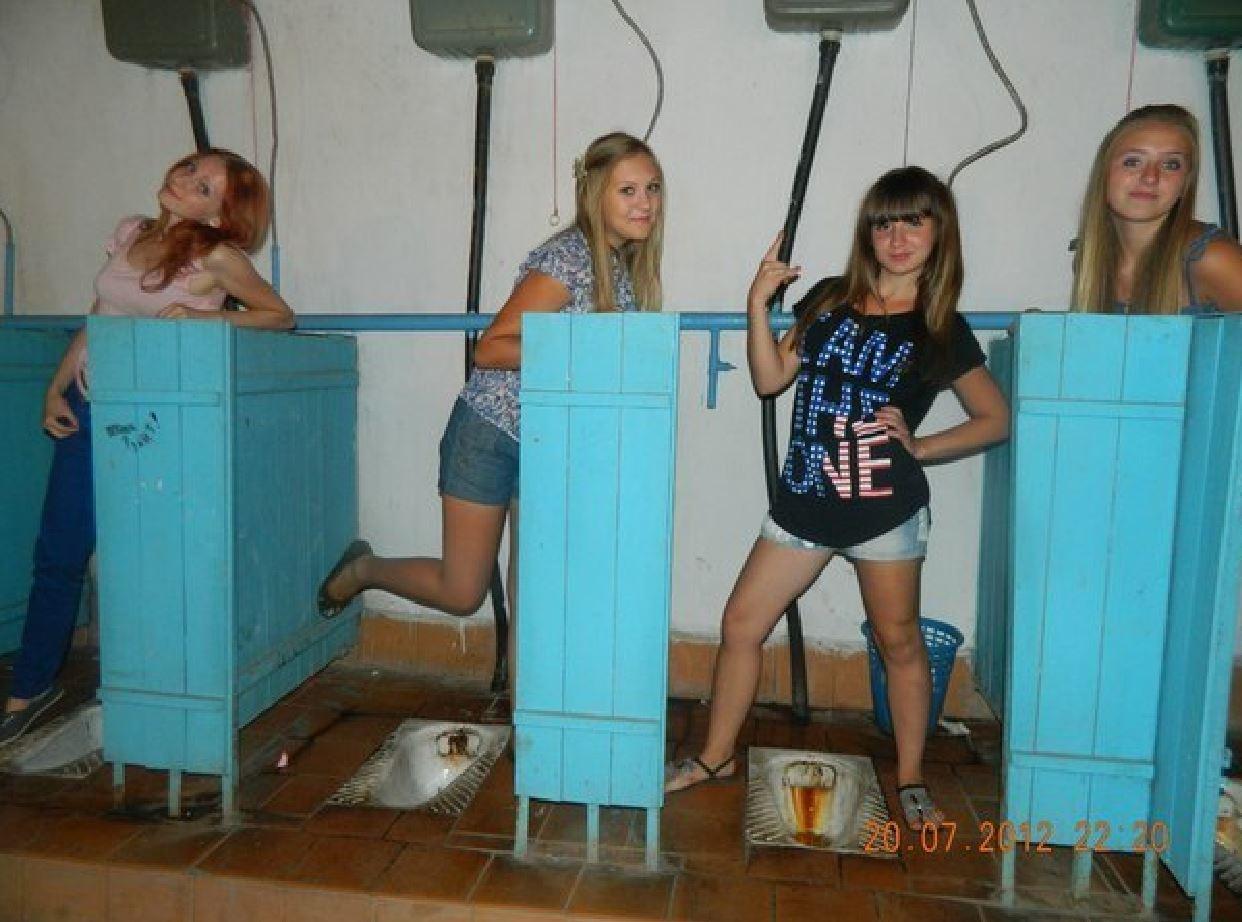 Смотреть онлайн писающих девушек крупно, Девки писают в туалете крупным планом 7 фотография
