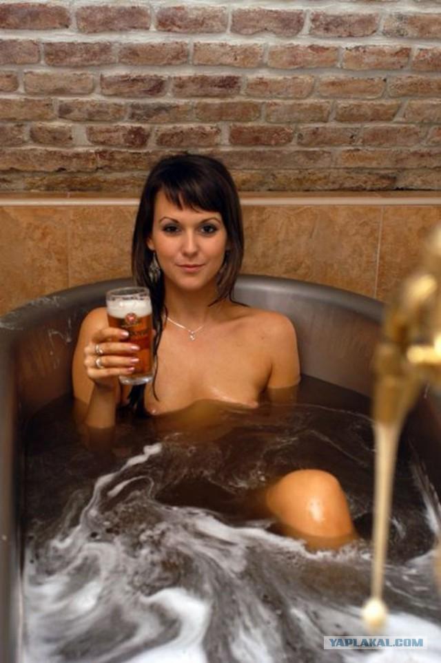 Грудастая девушка принимает ванну после вечеринки  258456