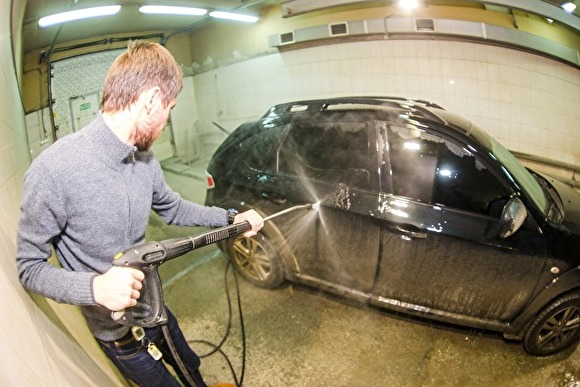 В Москве полицейские избили работников автомойки за отказ бесплатно помыть их машину