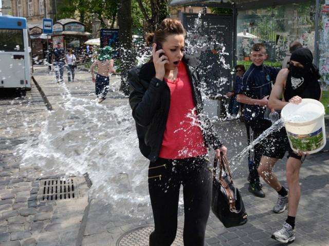 Обливной понедельник в Киеве: в казацком селении парни обливали девушек водой для крепкой семьи - Цензор.НЕТ 8280