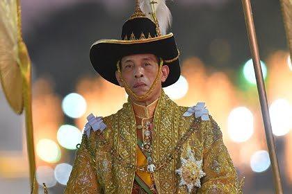 Король Таиланда устал от карантина с 20 наложницами и улетел на фестиваль на родину
