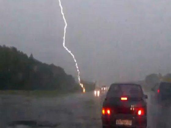 В машину мэра города Рубцовска ударила молния, чиновник возвращался из командировки