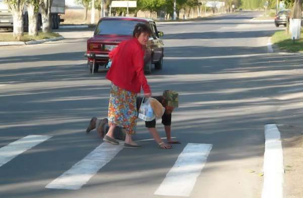 А теперь аккуратно переходим дорогу!