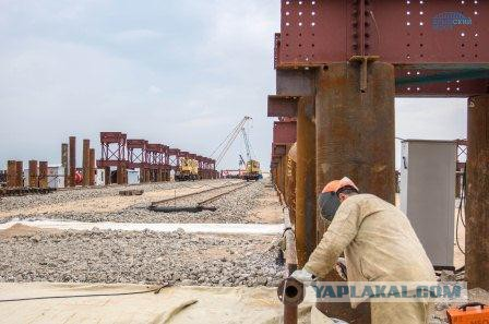 Крымский Мост: в Керчи начали собирать гигантскую арку пролета