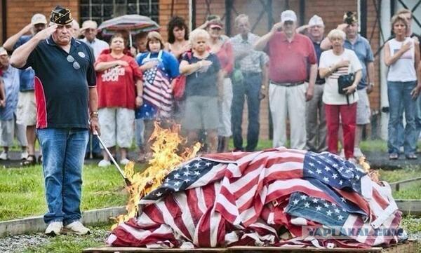 Американские сепаратисты сожгли флаги США