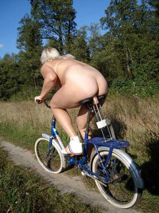 Телка трется об велосепед и кончат