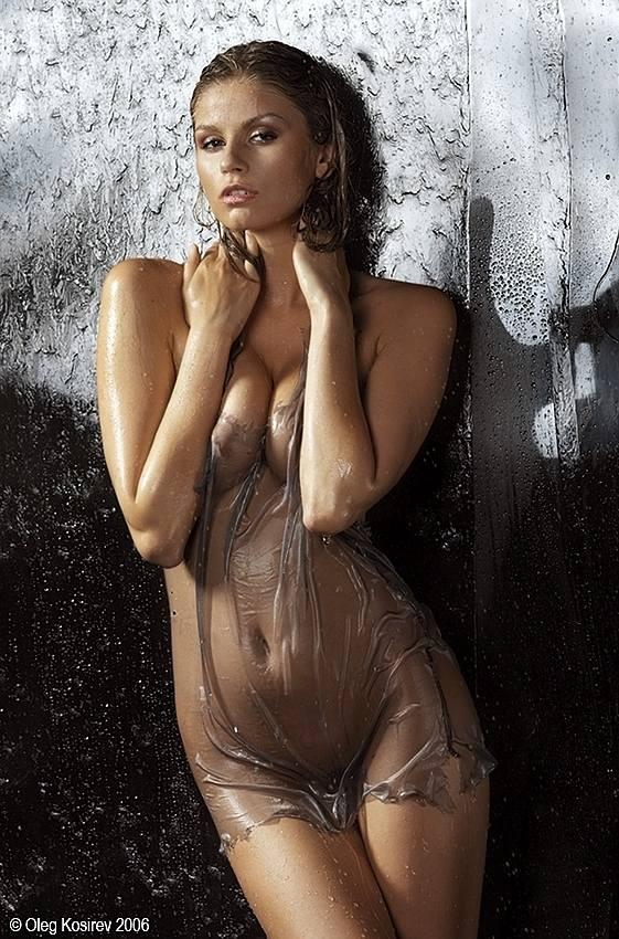 А мокрые девочки эротичнее смотрятся