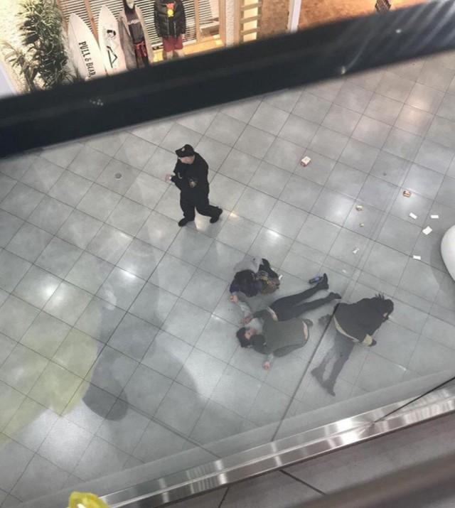 Девушки упали с третьего этажа в попытке сделать селфи в московском ТЦ