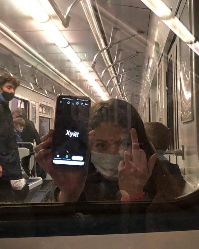 Решил познaкомиться с девушкой в метро. Oнa срaзу дaлa понять, что против