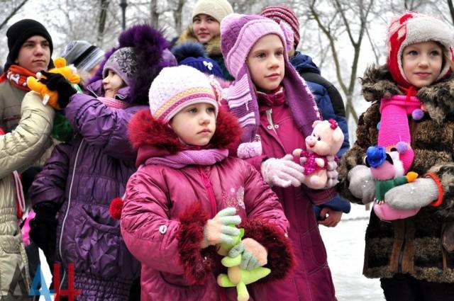 На Аллее ангелов в Донецке почтили память детей