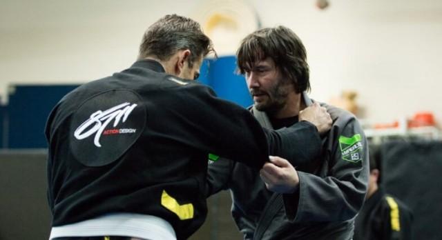 Киану Ривз тренируется как профессиональный боец