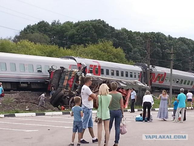 Пассажирский поезд столкнулся с камазом