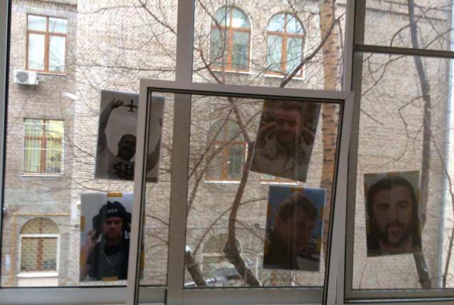 Божена Рынска сообщила о «нападении»: ей обклеили окна портретами погибших журналистов