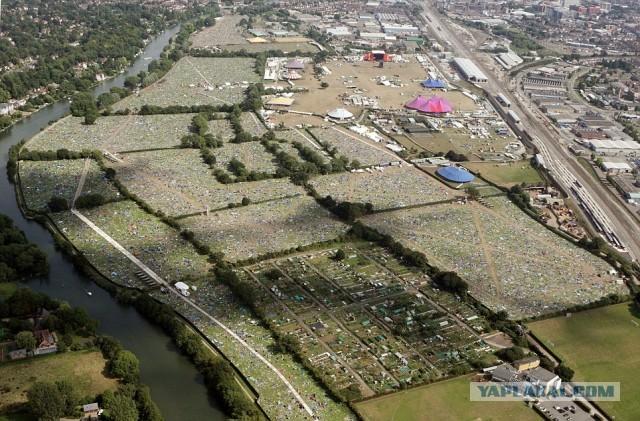 Тысячи брошенных палаток после фестиваля