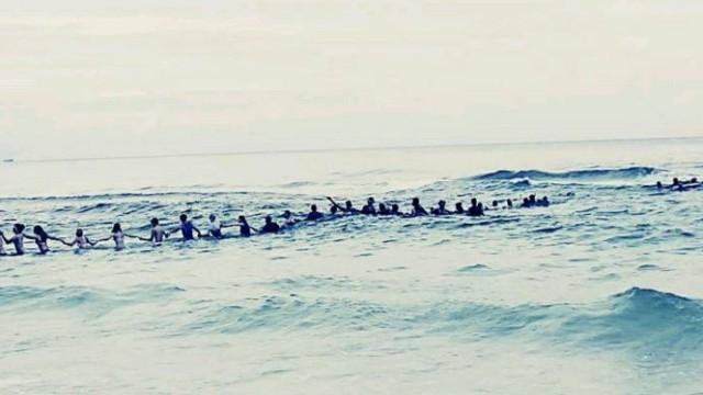 На пляже во Флориде 70 человек выстроились в цепочку, чтобы спасти тонущую семью