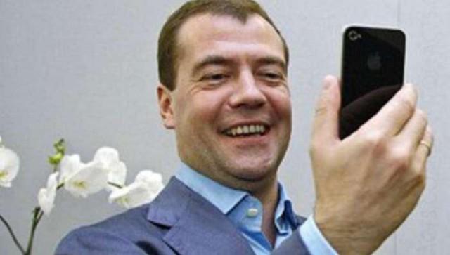 """Медведев призвал россиян 18 марта """"выйти из Интернета в реальную жизнь"""""""