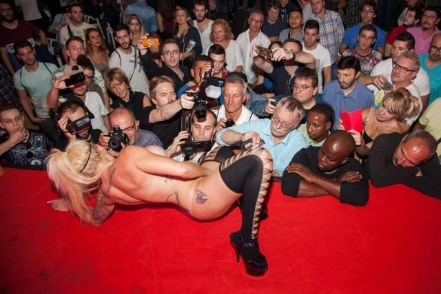 Снимите это немедленно: Что фотографировали на главном эротическом шоу Барселоны