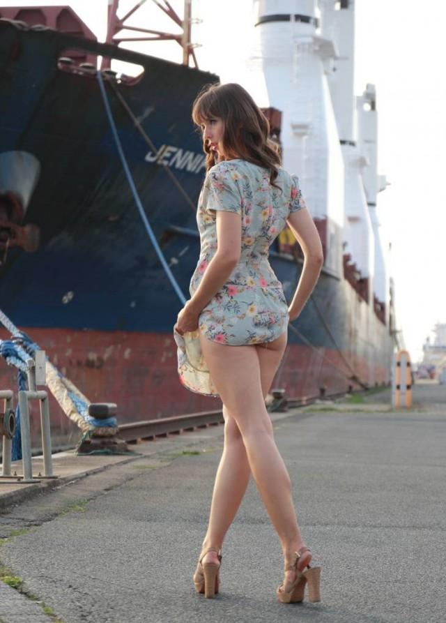 Как правильно девушка проважает моряка в рейс.