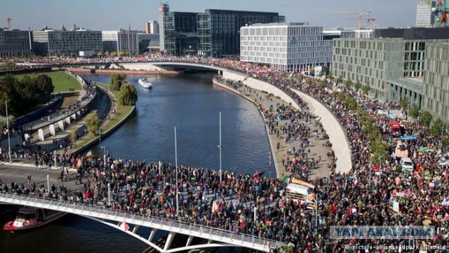Десятки тысяч протестуют в Берлине