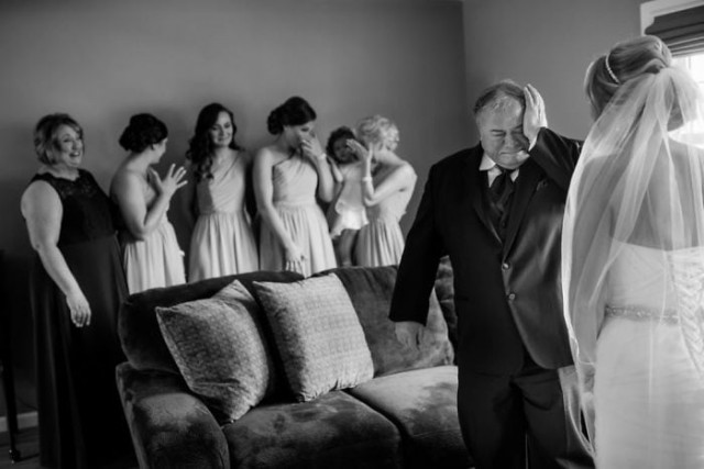 Непередаваемые эмоции, когда отцы впервые увидели своих дочерей в свадебных платьях