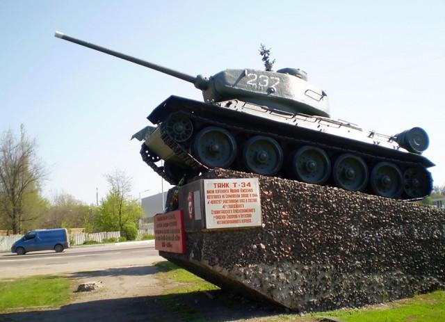 Хоть и памятник, но он живой. Т-34