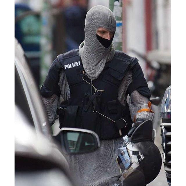 Полицейские в кольчуге: Милорд, мы готовы отразить атаку сарацинов!